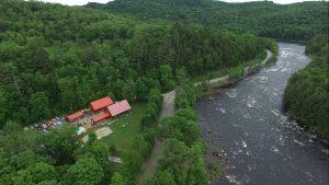 Vue aérienne de la rivière Rouge et du camp de base de Propulsion